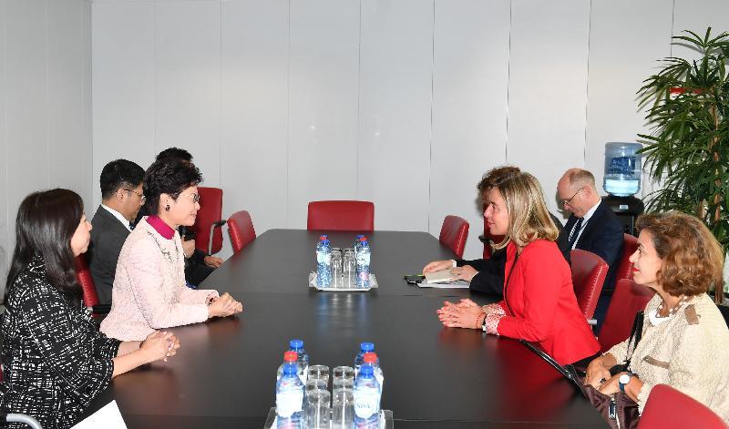 行政長官林鄭月娥今日(布魯塞爾時間六月十四日)在比利時布魯塞爾展開歐洲訪問行程。圖示林鄭月娥(左二)與歐洲聯盟(歐盟)委員會副主席及歐盟外交與安全政策高級代表莫格里妮(右二)在歐盟委員會總部會面。香港駐歐盟特派代表林雪麗(左一)亦有出席。