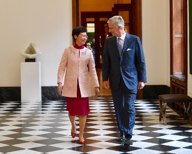行政長官林鄭月娥今日(布魯塞爾時間六月十四日)在比利時布魯塞爾展開歐洲訪問行程。圖示林鄭月娥(左)在布魯塞爾拜會比利時國王菲利普(右)。