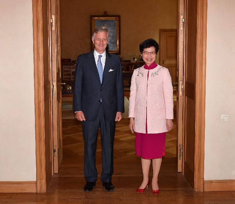行政長官林鄭月娥今日(布魯塞爾時間六月十四日)在比利時布魯塞爾展開歐洲訪問行程。圖示林鄭月娥(右)在布魯塞爾拜會比利時國王菲利普(左)。