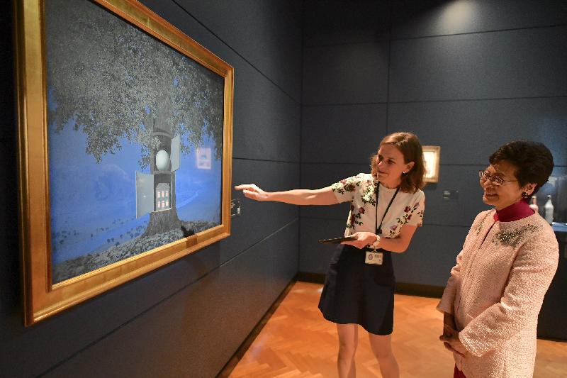 行政長官林鄭月娥今日(布魯塞爾時間六月十四日)在比利時布魯塞爾展開歐洲訪問行程。圖示林鄭月娥(右)參觀馬格里特博物館。