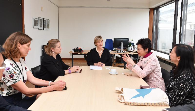 行政長官林鄭月娥今日(布魯塞爾時間六月十四日)在比利時布魯塞爾展開歐洲訪問行程。圖示林鄭月娥(右二)在布魯塞爾參觀馬格里特博物館期間,與館長CharlineVanhoenacker(中)及馬格里基金管理人Dominique Terlinden(左二)進行交流,香港駐歐洲聯盟特派代表林雪麗(右一)亦有出席。