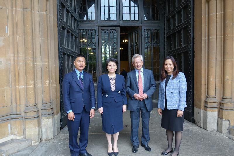 律政司司長鄭若驊資深大律師今日(倫敦時間六月十四日)繼續在英國倫敦的訪問行程。圖示鄭若驊(左二)與英國國會跨黨派中國事務小組進行早餐會議後,與小組主席Richard Graham(右二)、小組香港分組委員會主席韋鳴恩勳爵(左一)和香港駐倫敦經濟貿易辦事處處長杜潔麗(右一)合照。
