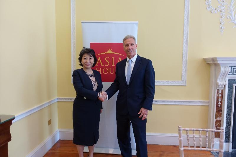 律政司司長鄭若驊資深大律師(左)今日(倫敦時間六月十四日)在倫敦與亞洲之家行政總裁Michael Lawrence(右)會面。