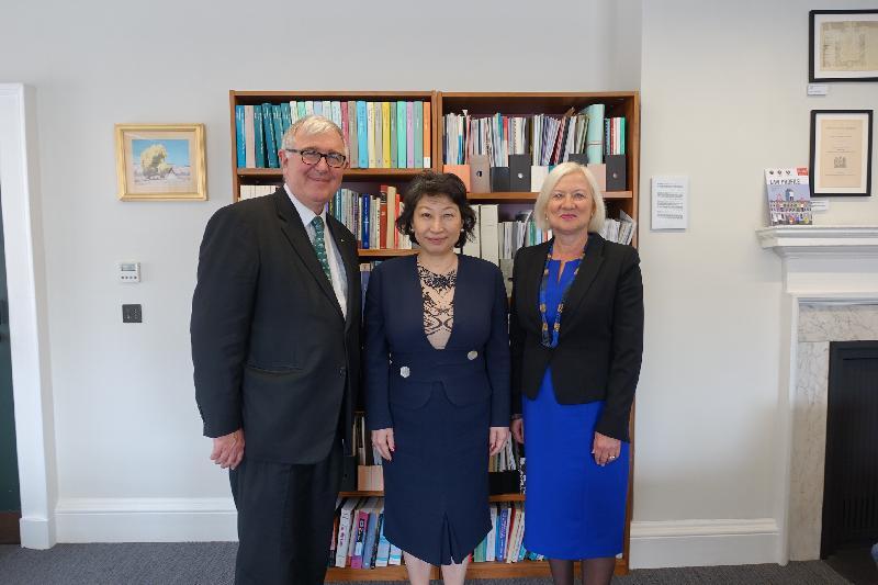 律政司司長鄭若驊資深大律師(中)今日(倫敦時間六月十四日)在倫敦到訪倫敦國王學院,並與校長Edward Byrne教授(左)和潘迪生法律學院行政院長Gillian Douglas教授(右)會面。