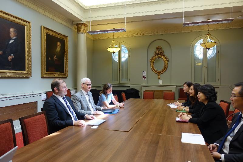 律政司司長鄭若驊資深大律師今日(倫敦時間六月十五日)結束英國訪問行程。圖示鄭若驊(右二)在回港前在倫敦與律師會會長Joe Egan(左二)會面。