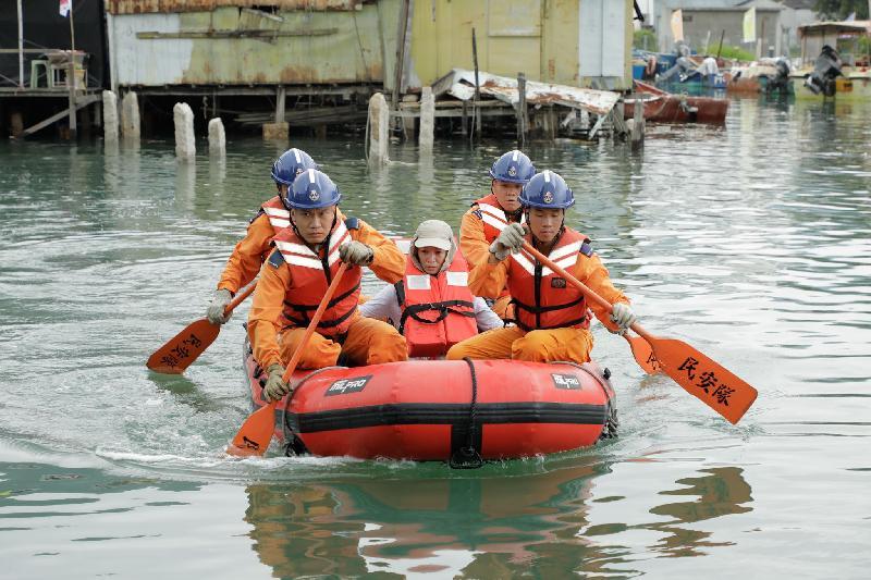 離島民政事務處今日(六月十五日)在大澳舉行跨部門水浸模擬救援及疏散演練。圖示民安隊隊員在演練中利用橡皮艇拯救被困居民。
