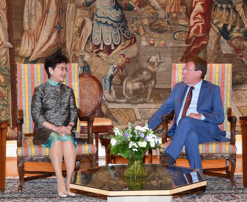 行政長官林鄭月娥今日(布魯塞爾時間六月十五日)在比利時布魯塞爾繼續歐洲訪問行程。圖示林鄭月娥(左)與比利時聯邦眾議長布拉克(右)會面。