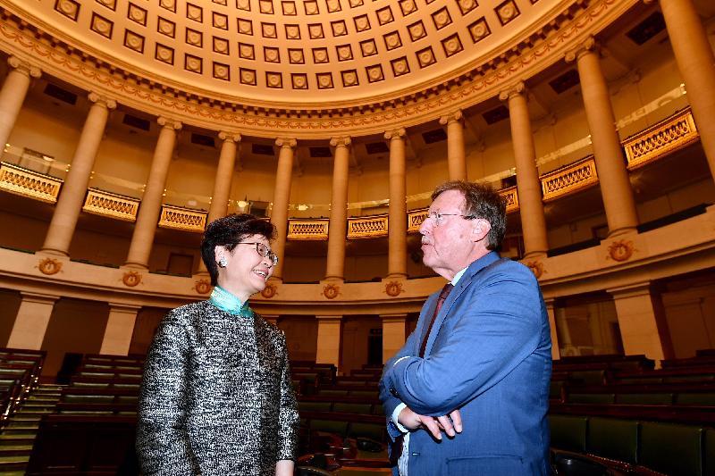 行政長官林鄭月娥今日(布魯塞爾時間六月十五日)在比利時布魯塞爾繼續歐洲訪問行程。圖示林鄭月娥(左)在比利時聯邦眾議長布拉克(右)陪同下參觀議會大樓。