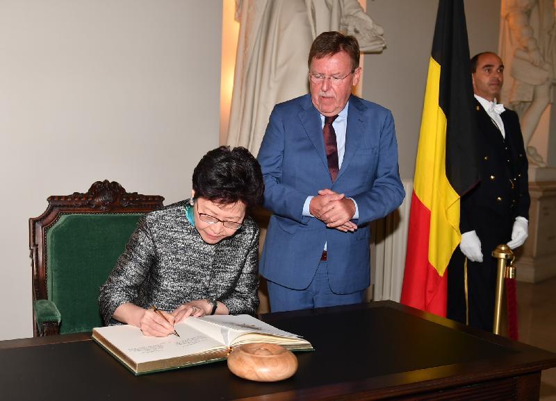 行政長官林鄭月娥今日(布魯塞爾時間六月十五日)在比利時布魯塞爾繼續歐洲訪問行程。圖示林鄭月娥(左一)在比利時聯邦眾議長布拉克(中)陪同下參觀議會大樓。