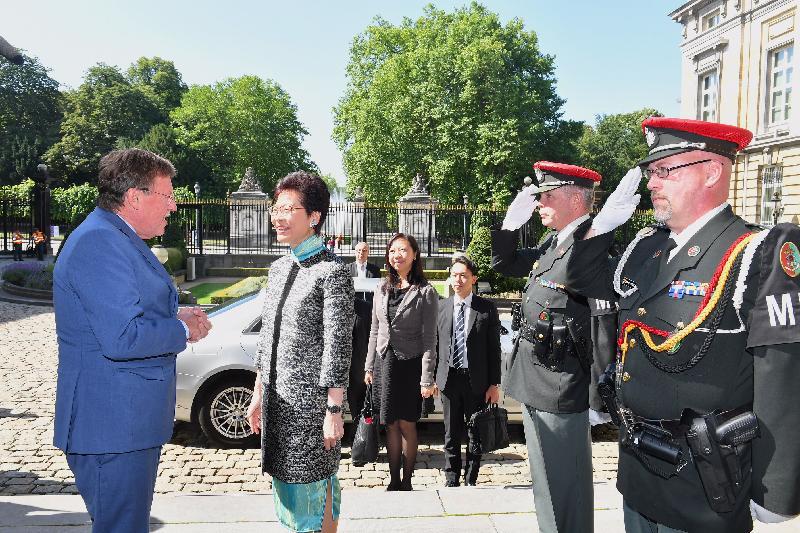 行政長官林鄭月娥今日(布魯塞爾時間六月十五日)在比利時布魯塞爾繼續歐洲訪問行程。圖示林鄭月娥(左二)與比利時聯邦眾議長布拉克(左一)會面。香港駐歐洲聯盟特派代表林雪麗(左三)亦有出席。