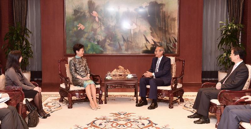 行政長官林鄭月娥今日(布魯塞爾時間六月十五日)在比利時布魯塞爾繼續歐洲訪問行程。圖示林鄭月娥(左二)與中國駐歐盟使團團長、特命全權大使張明(右二)會面。香港駐歐洲聯盟特派代表林雪麗(左一)亦有出席。