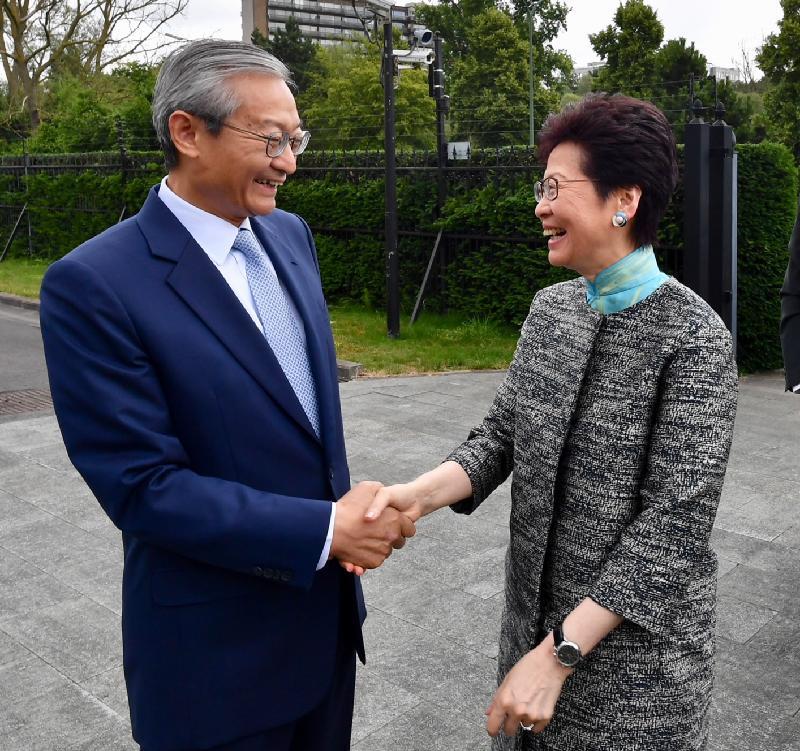 行政長官林鄭月娥今日(布魯塞爾時間六月十五日)在比利時布魯塞爾繼續歐洲訪問行程。圖示林鄭月娥(右)與中國駐歐盟使團團長、特命全權大使張明(左)會面。