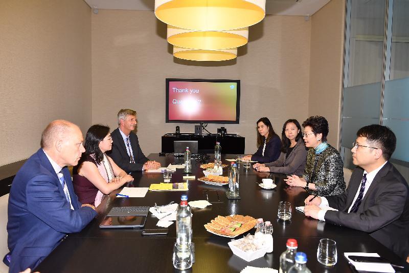 行政長官林鄭月娥今日(布魯塞爾時間六月十五日)在比利時布魯塞爾繼續歐洲訪問行程。圖示林鄭月娥(右二)參觀葛蘭素史克的全球疫苗總部,聽取負責人講解藥廠的研發工作和他們在香港進行臨床實驗的經驗。香港駐歐洲聯盟特派代表林雪麗(右三)亦有出席。