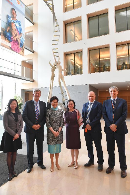 行政長官林鄭月娥今日(布魯塞爾時間六月十五日)在比利時布魯塞爾繼續歐洲訪問行程。圖示林鄭月娥(左三)和香港駐歐洲聯盟特派代表林雪麗(左一)與葛蘭素史克的全球疫苗總部的負責人合照。