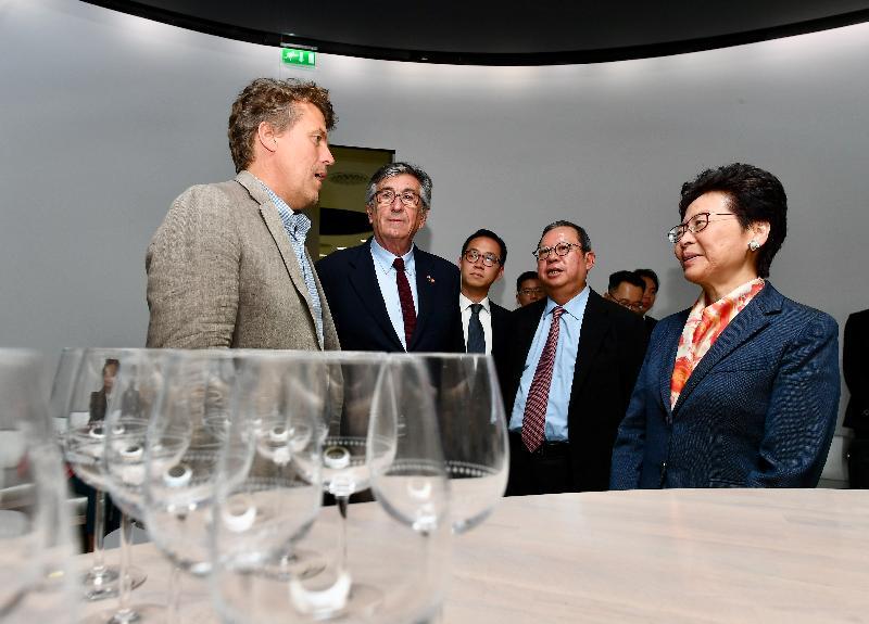 行政長官林鄭月娥今日(波爾多時間六月十六日)繼續法國波爾多的訪問行程。圖示林鄭月娥(右一)在波爾多副市長Stephan Delaux(左二)及香港旅遊發展局主席林建岳博士(右二)陪同下參觀葡萄酒博物館。