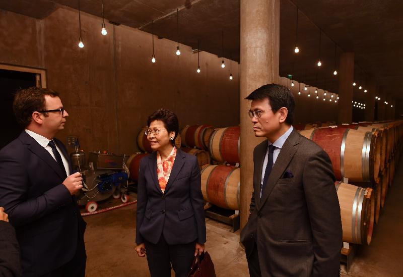 行政長官林鄭月娥昨日(波爾多時間六月十六日)在波爾多展開法國的行程。圖示林鄭月娥(中)在商務及經濟發展局局長邱騰華(右一)陪同下參觀拉圖酒莊。
