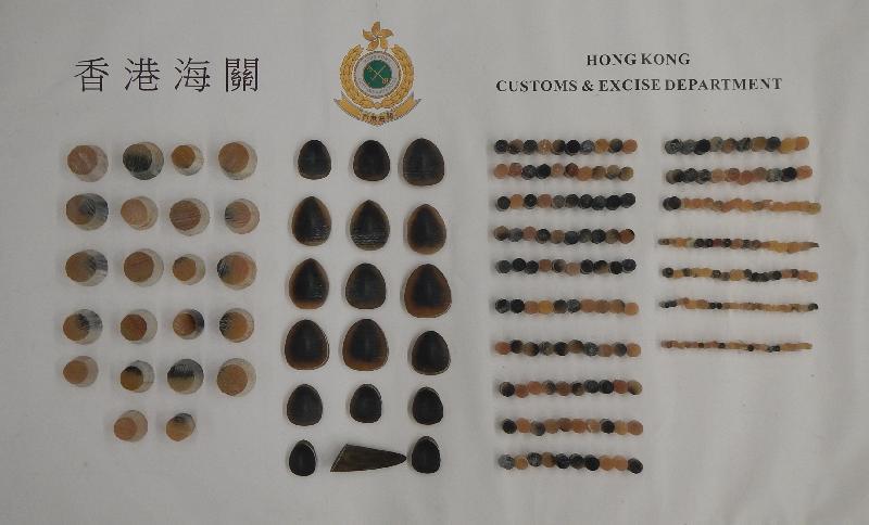 香港海關昨日(六月十七日)在香港國際機場檢獲約三點一公斤懷疑犀牛角切片,估計市值約六十二萬元。