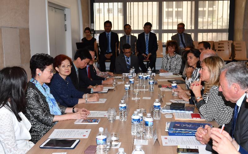 行政長官林鄭月娥今日(馬賽時間六月十八日)在法國馬賽繼續法國訪問行程。圖示林鄭月娥(左二)與普羅旺斯—阿爾卑斯—蔚藍海岸大區副主席Caroline Pozmentier-Sportich (右二)會面。香港駐歐洲聯盟特派代表林雪麗(左一)亦有出席。