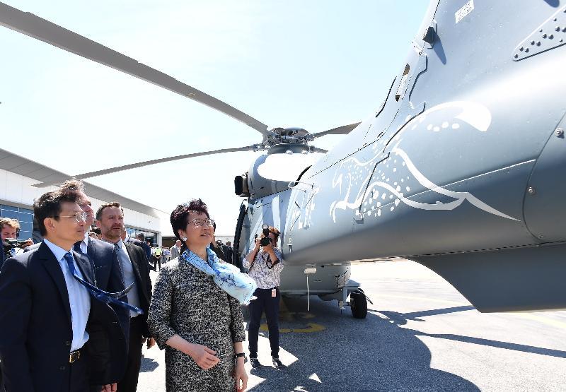 行政長官林鄭月娥今日(馬賽時間六月十八日)在法國馬賽繼續法國訪問行程。圖示林鄭月娥(右一)在空中巴士直升機公司為香港政府飛行服務隊接收三架H-175直升機舉行的儀式後,在政府飛行服務隊總監陳志培機長(左一)陪同下參觀直升機。