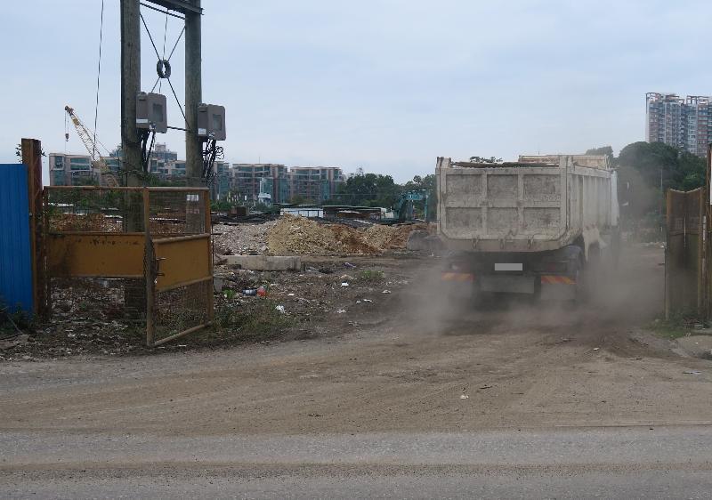 環境保護署去年十一月發現元朗山下村一工程地盤產生泥塵影響附近居民。