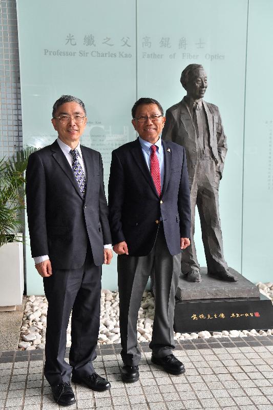 財經事務及庫務局局長劉怡翔(左)今日(六月十九日)到訪香港中文大學,與校長段崇智教授(右)會面。