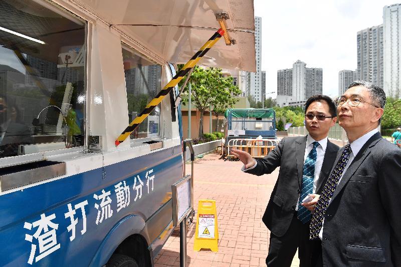 財經事務及庫務局局長劉怡翔(右)今日(六月十九日)到欣安邨參觀渣打銀行設於邨內的流動分行,了解分行提供的服務。