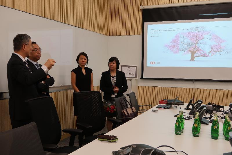 財經事務及庫務局局長劉怡翔(左一)今日(六月十九日)參觀滙豐銀行石門數據中心,了解銀行的數據處理支援。旁為滙豐銀行亞太區顧問梁兆基(左二)。