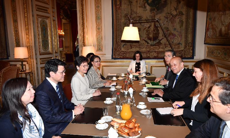 行政長官林鄭月娥今日(巴黎時間六月十九日)在巴黎繼續法國訪問行程。圖示林鄭月娥(左三)與法國外交部長勒德里昂(右三)會面。商務及經濟發展局局長邱騰華(左二)和香港駐歐洲聯盟特派代表林雪麗(左一)亦有出席。