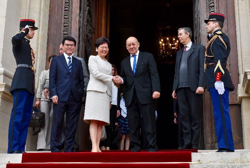 行政長官林鄭月娥今日(巴黎時間六月十九日)在巴黎繼續法國訪問行程。圖示林鄭月娥(左三)與法國外交部長勒德里昂(右三)會面。商務及經濟發展局局長邱騰華(左二)亦有出席。