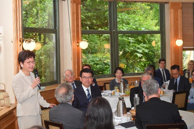 行政長官林鄭月娥今日(巴黎時間六月十九日)在巴黎繼續法國訪問行程。圖示林鄭月娥(左一)在法國智庫蒙田研究所舉辦的早餐會上發言。商務及經濟發展局局長邱騰華(左二)亦有出席。