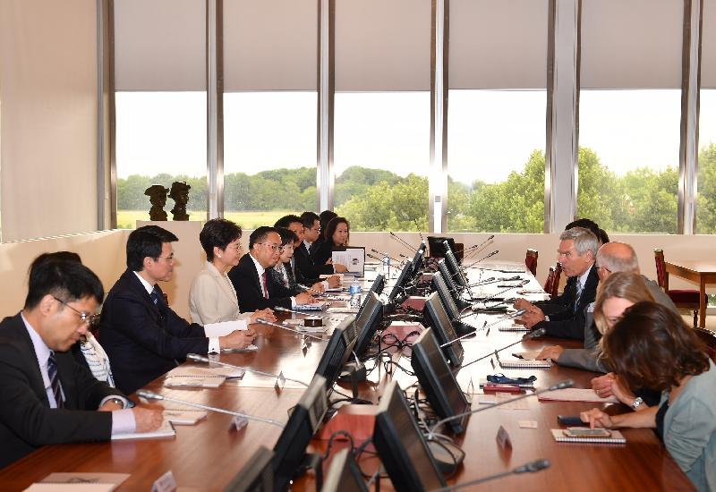 行政長官林鄭月娥今日(巴黎時間六月十九日)在巴黎繼續法國訪問行程。圖示林鄭月娥(左四)與巴黎綜合理工學院校長Jacques Biot(右四)會面。創新及科技局局長楊偉雄(左五)及商務及經濟發展局局長邱騰華(左三)亦有出席。