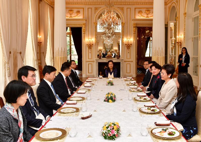 行政長官林鄭月娥今日(巴黎時間六月十九日)在巴黎繼續法國訪問行程。圖示林鄭月娥(右二)出席中國駐法國大使館臨時代辦吳小俊(左三)所設的午宴。創新及科技局局長楊偉雄(左四)、商務及經濟發展局局長邱騰華(左二)和香港駐歐洲聯盟特派代表林雪麗(右一)亦有出席。