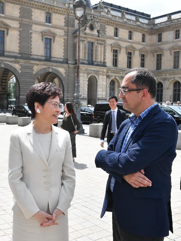 行政長官林鄭月娥今日(巴黎時間六月十九日)在巴黎繼續法國訪問行程。圖示林鄭月娥(左)抵達羅浮宮博物館時獲館長馬丁內茲(右)接待。