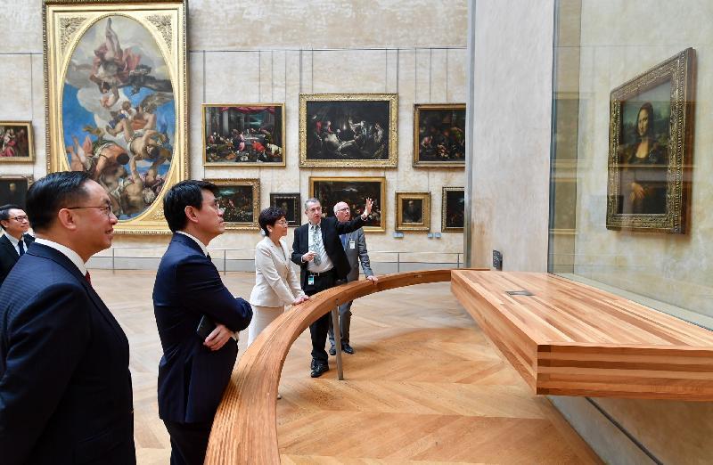 行政長官林鄭月娥今日(巴黎時間六月十九日)在巴黎繼續法國訪問行程。圖示林鄭月娥(中)在商務及經濟發展局局長邱騰華(左二)和創新及科技局局長楊偉雄(左一)陪同下參觀羅浮宮博物館。