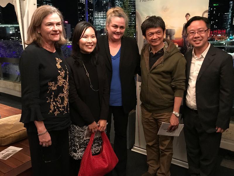 (左起)艾斯普森舞蹈團董事會主席瑪麗安‧吉布尼、香港駐悉尼經濟貿易辦事處副處長陳楚穎、艾斯普森舞蹈團藝術總監Natalie Weir、城市當代舞蹈團創辦人暨藝術總監曹誠淵,以及城市當代舞蹈團行政總監黃國威六月十四日在布里斯班昆士蘭表演藝術中心出席《四季》表演後酒會。