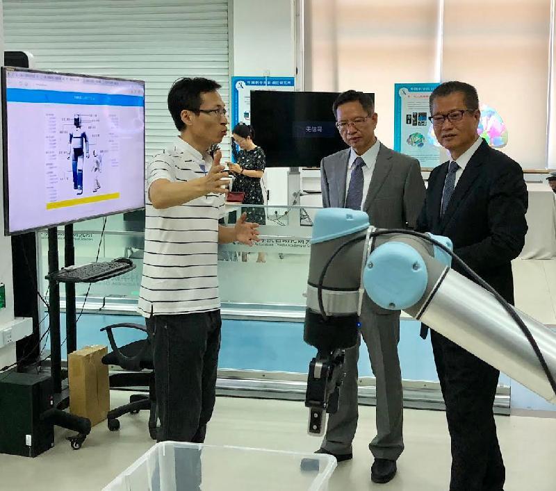 財政司司長陳茂波(右一)今日(六月二十日)在北京到訪中國科學院自動化研究所。