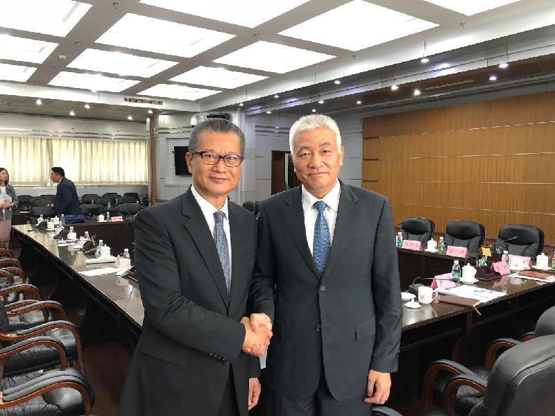 財政司司長陳茂波(左)今日(六月二十日)在北京與國家科學技術部部長王志剛會面。