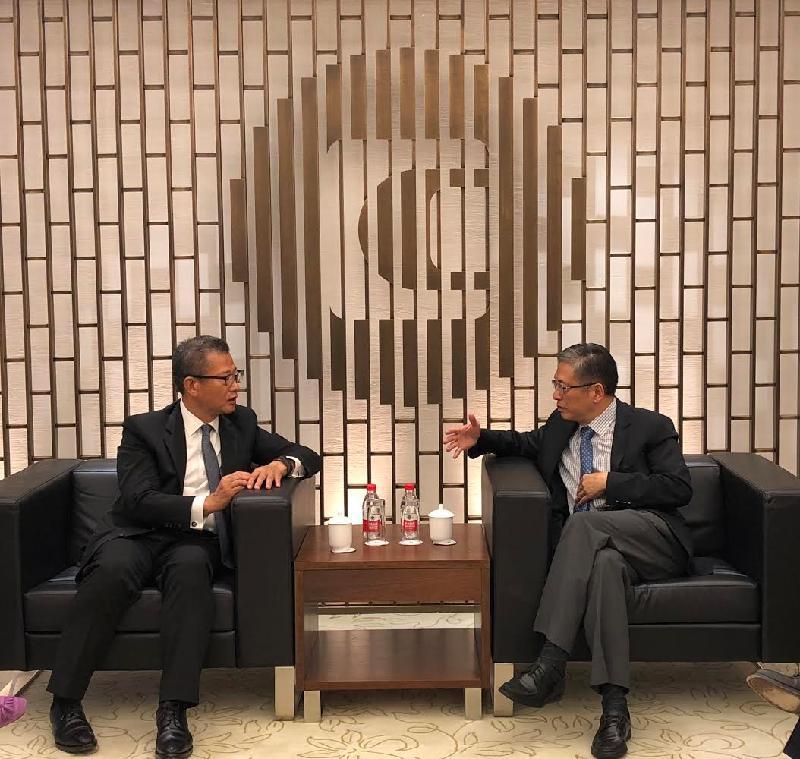 財政司司長陳茂波(左)今日(六月二十日)在北京與中國投資有限公司總經理屠光紹會面,雙方並就共同關心的事項交流意見。