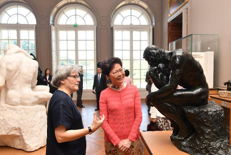 行政長官林鄭月娥今日(巴黎時間六月二十日)在巴黎繼續法國訪問行程。圖示林鄭月娥(右)在巴黎羅丹博物館館長Catherine Chevillot(左)陪同下欣賞館內藏品。