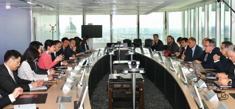 行政長官林鄭月娥今日(巴黎時間六月二十日)在巴黎繼續法國訪問行程。圖示林鄭月娥(左四)與索邦大學校長Jean Chambaz教授(右三)會面。商務及經濟發展局局長邱騰華(左三)、創新及科技局局長楊偉雄(左五)和香港駐歐洲聯盟特派代表林雪麗(左二)亦有出席。