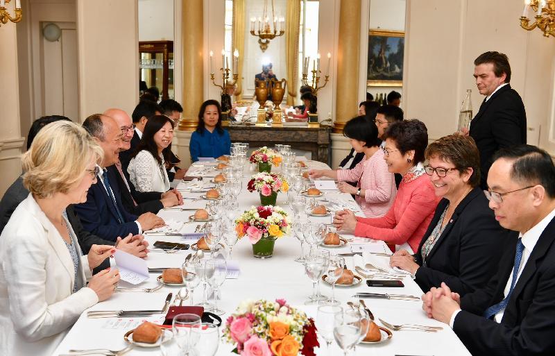 行政長官林鄭月娥今日(巴黎時間六月二十日)在巴黎繼續法國訪問行程。圖示林鄭月娥(右三)出席由法國國民議會法中友好小組主席Buon Huong Tan(左三)所設的午宴。國民議會副主席Carole Bureau-Bonnard(右二)亦有出席。