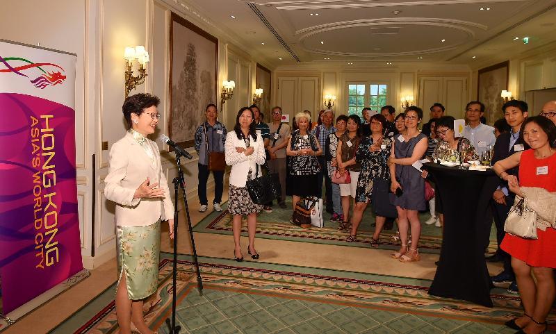 行政長官林鄭月娥今日(巴黎時間六月二十日)在巴黎繼續法國訪問行程。圖示林鄭月娥(左一)與居於法國的香港人會面。