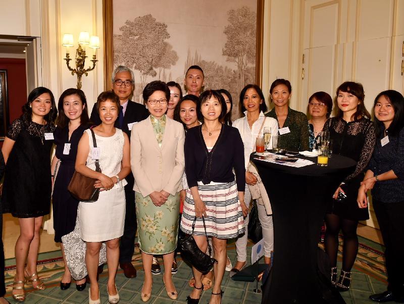 行政長官林鄭月娥今日(巴黎時間六月二十日)在巴黎繼續法國訪問行程。圖示林鄭月娥(左四)與居於法國的香港人會面。