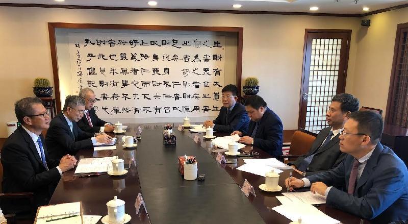 財政司司長陳茂波(左一)今日(六月二十一日)在北京與財政部部長劉昆(右二)會面。出席會面包括財經事務及庫務局局長劉怡翔(左二)及保險業監管局主席鄭慕智博士(左三)。
