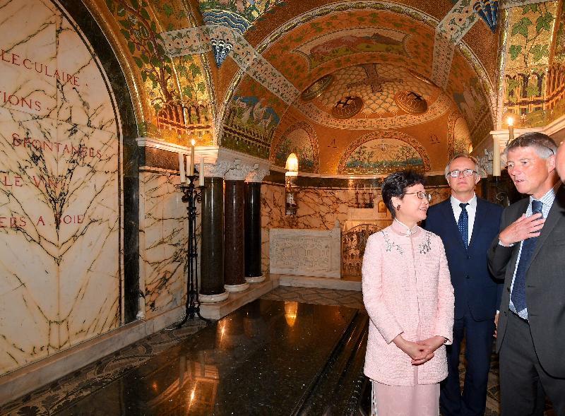 行政長官林鄭月娥今日(巴黎時間六月二十一日)在巴黎繼續法國訪問行程。圖示林鄭月娥(左)在巴斯德研究所所長Stewart Cole教授(右)陪同下參觀法國微生物學家巴斯德的地下墓穴。