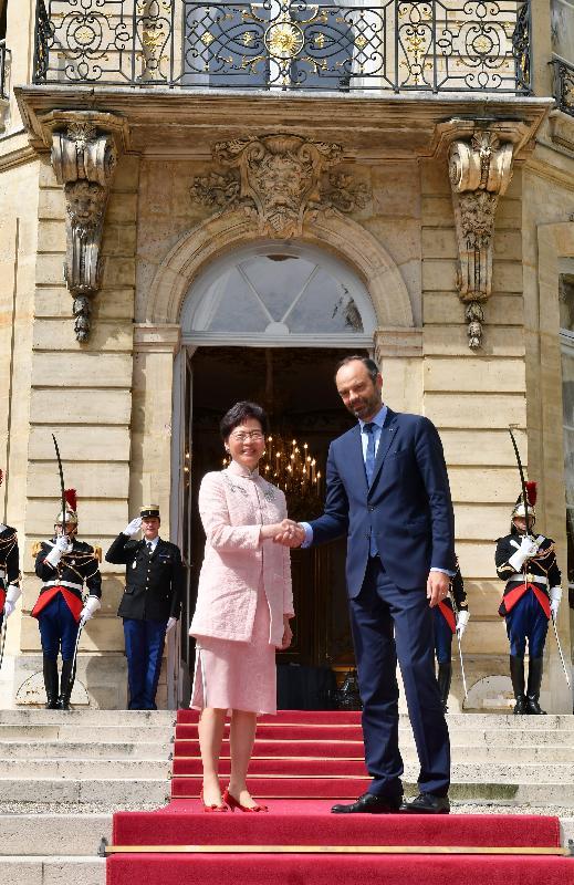 行政長官林鄭月娥今日(巴黎時間六月二十一日)在巴黎繼續法國訪問行程。圖示林鄭月娥(左)與法國總理菲利普(右)會面。