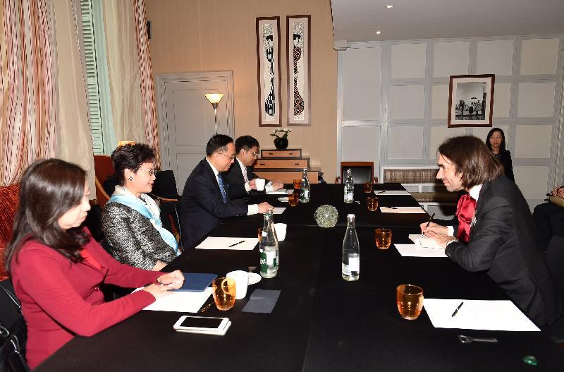 行政長官林鄭月娥今日(巴黎時間六月二十一日)在巴黎繼續法國訪問行程。圖示林鄭月娥(左二)與法國國會評估科技選項辦公室副主席兼費爾茲獎得主維拉尼(右)會面。創新及科技局局長楊偉雄(左三)和香港駐歐洲聯盟特派代表林雪麗(左一)亦有出席。