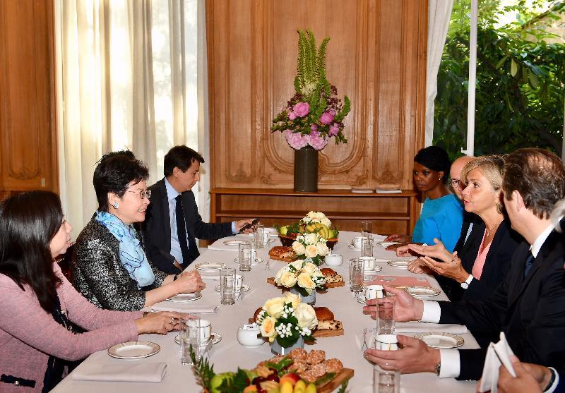 行政長官林鄭月娥今日(巴黎時間六月二十二日)在巴黎進行訪問法國的最後一日行程。圖示林鄭月娥(左二)與法蘭西島大區主席佩克雷斯(右二)會面。香港駐歐洲聯盟特派代表林雪麗(左一)亦有出席。