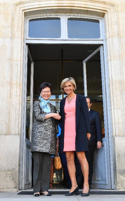 行政長官林鄭月娥今日(巴黎時間六月二十二日)在巴黎進行訪問法國的最後一日行程。圖示林鄭月娥(左)與法蘭西島大區主席佩克雷斯(右)會面。