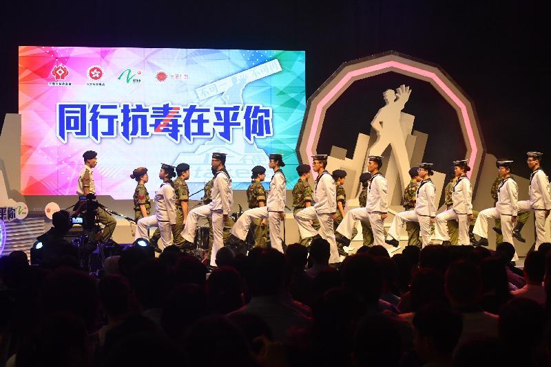 青少年制服團隊今日(六月二十三日)在大型禁毒活動「2018同行抗毒在乎你」上表演步操。